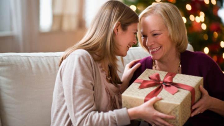 Что подарить маме на Новый Год 2019: идеи подарка
